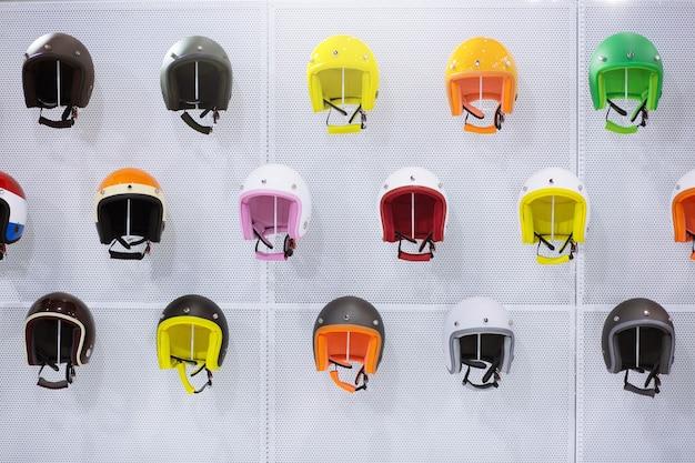 오토바이 헬멧의 전선 집합 다채로운 다양성입니다.