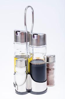 テーブル設定用のオリーブオイル、酢、塩、コショウのガラス瓶のセット