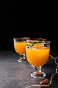 さわやかな飲料とグラスのセット
