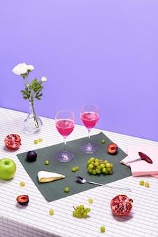 Набор бокалов с розовым вином. винная закуска установлена на пурпурном.