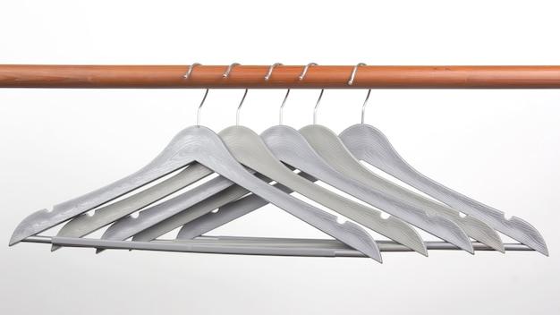 흰색에 회색 옷을 옷걸이 세트.