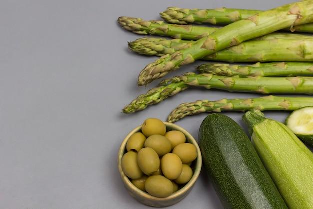 회색 바탕에 녹색 채소의 집합입니다.
