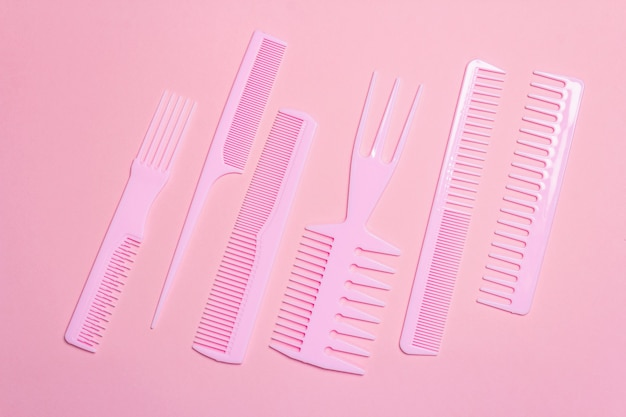 ピンクの髪の櫛のセット。プロの装飾ツール