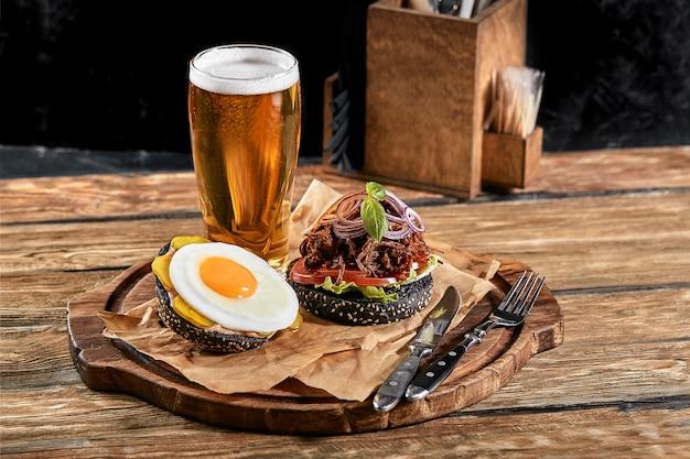 卵とビールのハンバーガーのセット