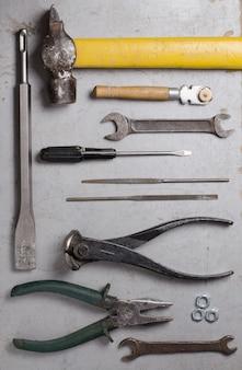 灰色の背景に手の古いツールのセットです。上面図