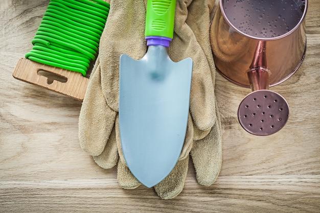 木の板の農業の概念にハンドスペード手袋水まき缶ガーデンネクタイワイヤーのセット