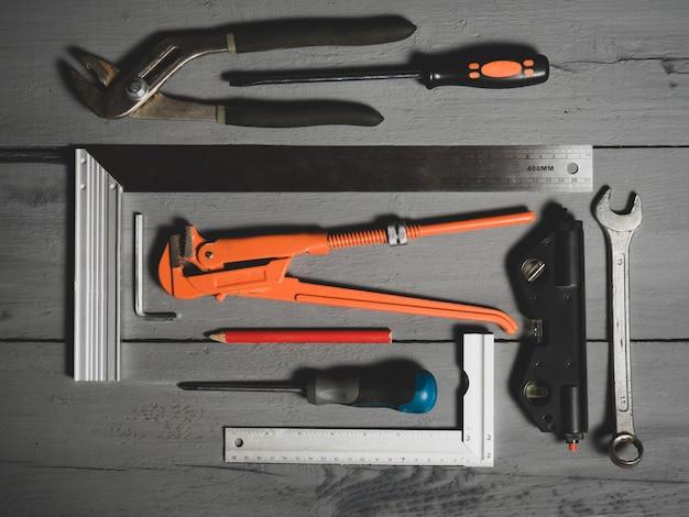 手工具のセット。木製の背景の機器