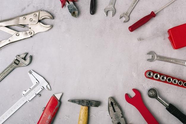 회색 석재 패널에 있는 손 도구 세트가 닫혀 있고 위쪽 보기