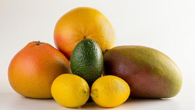 白い背景の上の健康的な果物のセット