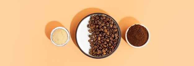セルフケアのための家庭用spa化粧品の環境に優しい製品のセット。コーヒースクラブ、茶色のサトウキビ、セラミックボウルのコーヒー豆。ピーリングやスパケア用のアンチセルライト自家製化粧品。スペースをコピーします。