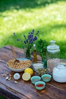Набор ингредиентов для хумуса на столе