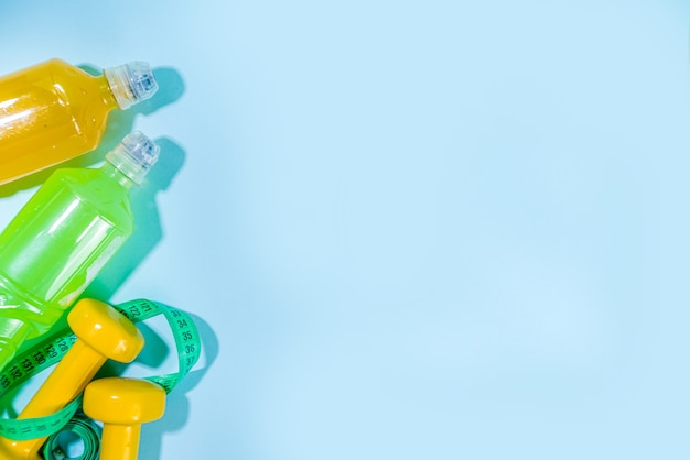 等張スポーツウォーターボトルのセット、カラフルな背景にさまざまな色の明るいエネルギーの水ドリンクフラットレイコピースペース