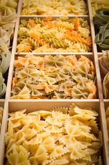 Набор фона итальянской пасты с фарфалле и фузилли