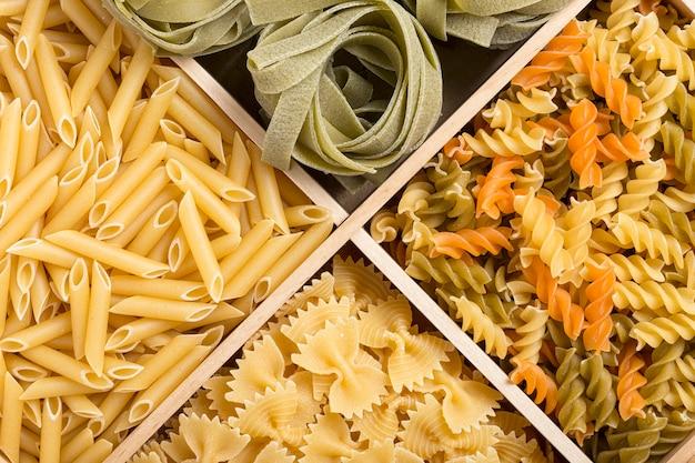 Набор фона итальянской пасты с фарфалле, фузилли, макаронами и тальятелле