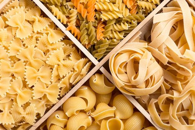 Набор фона итальянской пасты с фузилли, тальятелле, трубкой и фарфалле