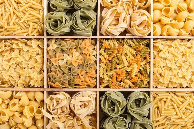Набор фона итальянской пасты с маркарони, тальятелле, фузилли, фарфалле и трубочным ригатом
