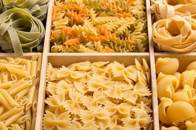 Набор фона итальянской пасты с тальятелле, фузилли, макаронами, фарфалле и трубочным ригатом