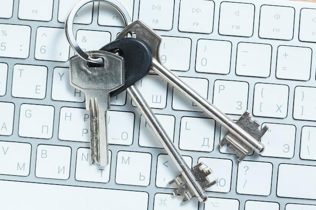 白いコンピューターのキーボードのキーのセット