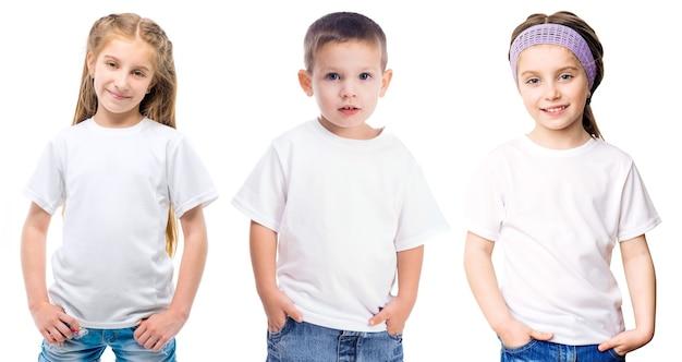 白で隔離される白い t シャツの子供たちのセット