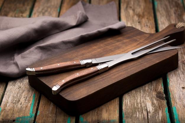 Набор кухонных ножей на мраморе, вид сверху. столовые ножи