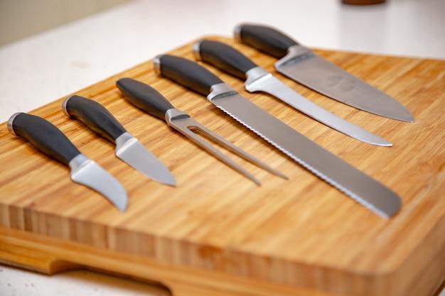 木製のまな板に包丁のセット