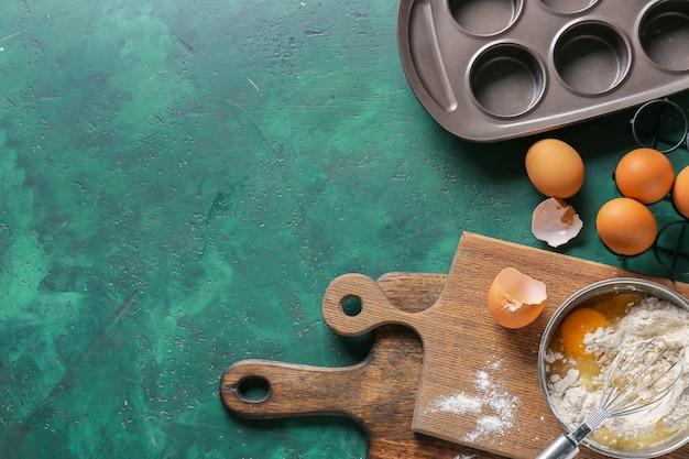 色の背景にパン屋を準備するための台所用品と材料のセット