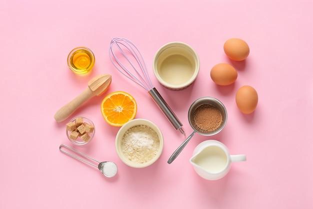 색상 배경에 빵집을 준비하기위한 주방 용품 및 재료 세트