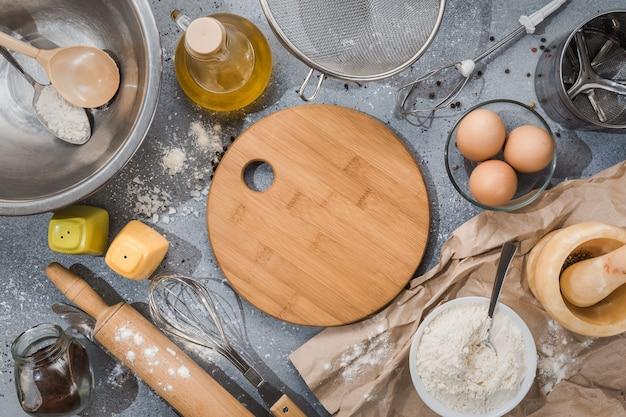 회색 파란색 배경에 제품과 주방 용품 세트. 요리 마스터 클래스. 공간을 복사하십시오.