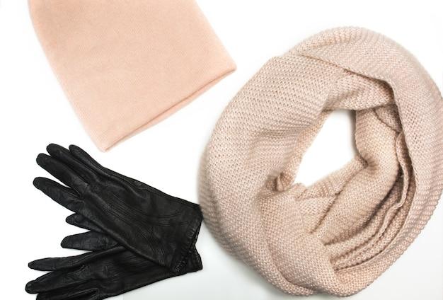 ニットピンクの帽子、スカーフ、白い背景で隔離の革手袋のセット