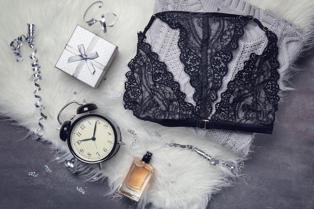 흰색 모피에 레이스 란제리, 향수, 알람 시계 및 선물 상자 세트