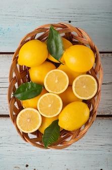 青い木製の背景にレモンのセット
