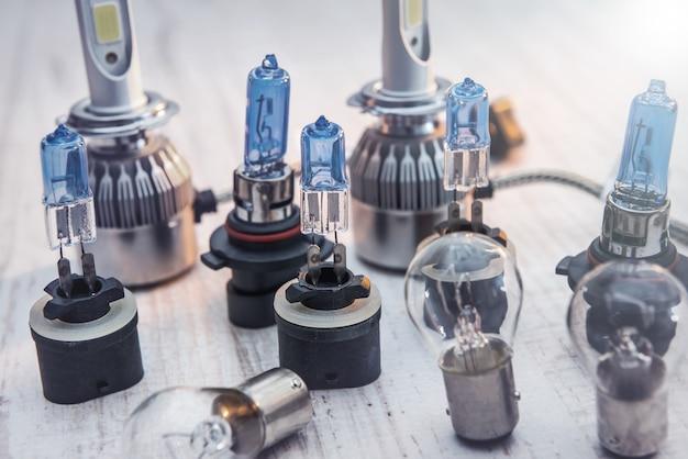 Набор лампочек для автомобильных ламп на белом деревянном столе. современные технологии лампочек для ремонта автомобилей. световое оборудование