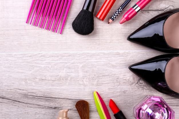 メイクアップ商品のセットです。くし、靴、香水。メイクを使って美しさを強調します。高品質の化粧品はより高い費用を意味します。