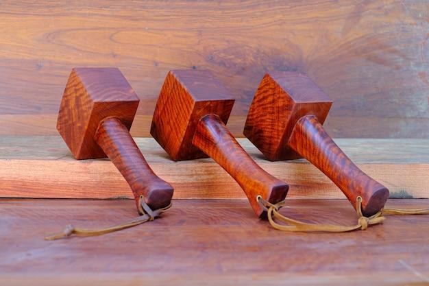 Padauk 나무로 만든 망치 망치 세트와 오래된 작업대의 워크샵에서 목수가 사용하기 위해 태국에서 손으로 만든 도구
