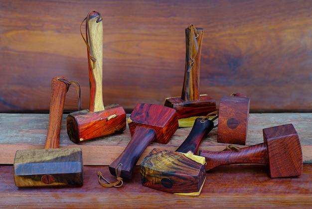 오래된 작업대의 작업장에서 목수가 사용하기 위해 자단으로 만든 망치 망치 세트와 태국에서 손으로 만든 도구