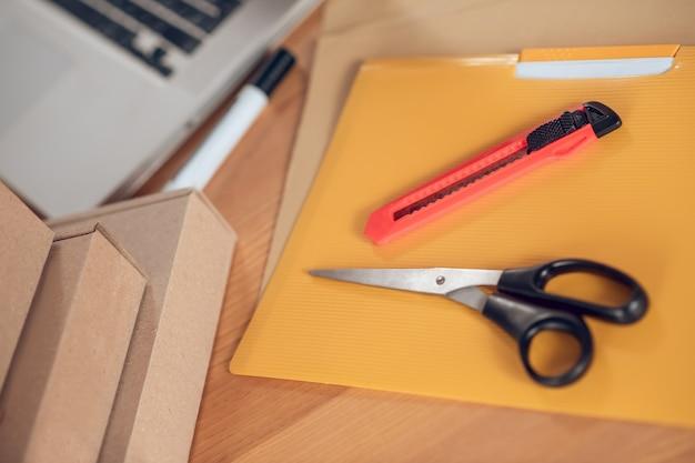 상품 포장을 위해 준비된 책상 위의 재료 세트