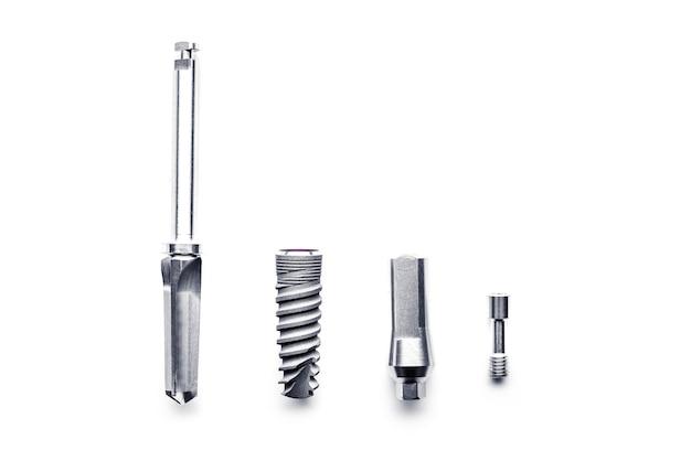 Набор инструментов для медицинской имплантации, изолированные на белом фоне