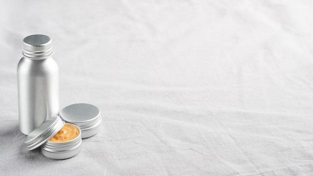 リネン生地の自然化粧品の金属容器のセット