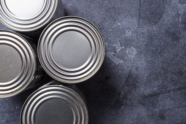 灰色の暗いテーブル、コピー領域の金属缶のセット