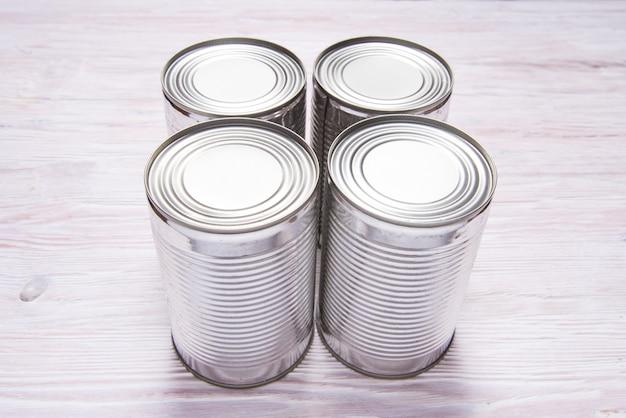 木製のテーブルに金属缶のセット