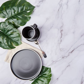 大理石のモダンなトレンディなプレートとコーヒーカップのセット。
