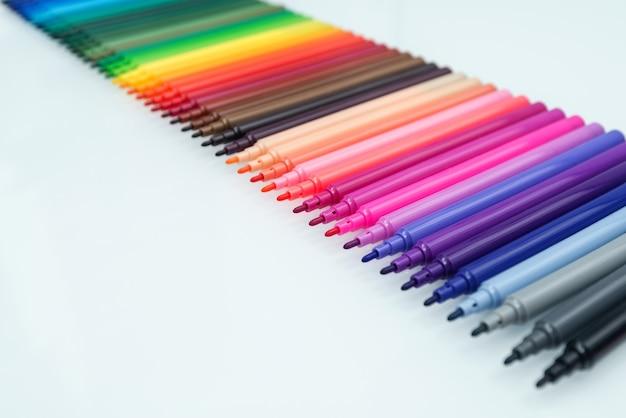 描画と創造性のためのマルチカラーのフェルトペンのセット。