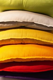スーパーマーケットでlimboのマルチカラーの枕のセット。