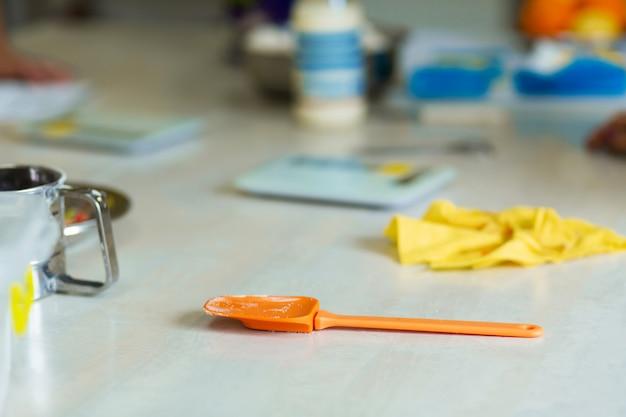 Набор разноцветных силиконовых шпателей, кухонных принадлежностей. сладкая выпечка, рецепты, кулинария