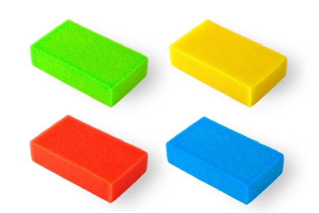 Набор разноцветных банных губок, изолированных на белом