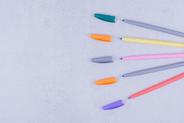 マンダラぬりえ用のマルチカラー鉛筆のセット。