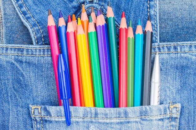 청바지 주머니에 여러 가지 빛깔의 연필 세트