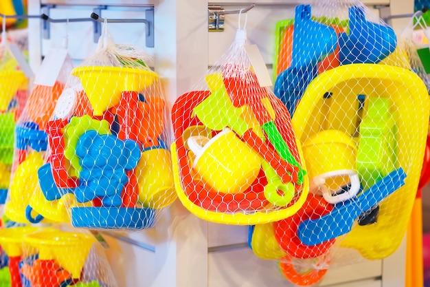 상점에서 판매 중인 아기를 위한 여러 가지 빛깔의 장난감 세트.