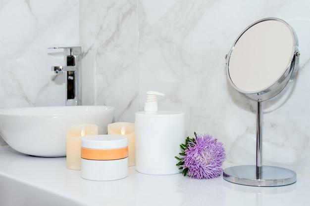 ビューティーサロンでの自然化粧品のセット花とテーブルの上の体やヘアケア製品の瓶