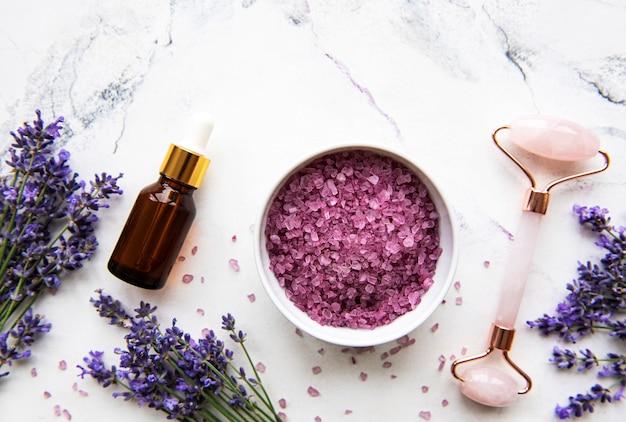 ラベンダーの花と天然有機spa化粧品のセット